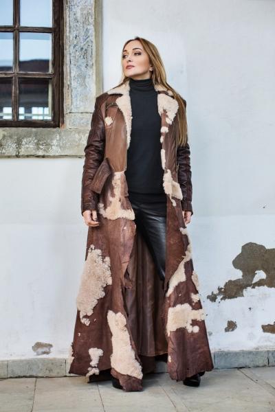 Natūralios odos paltas, dekoruotas avikailiu