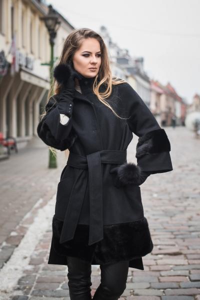 Rankų darbo, vilnos ir natūralaus kailio paltas
