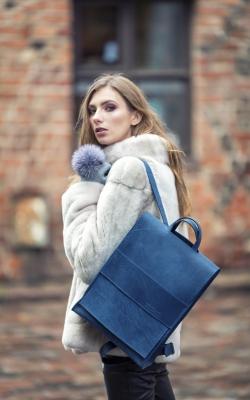 Stilinga mėlynos spalvos odinė kuprinė