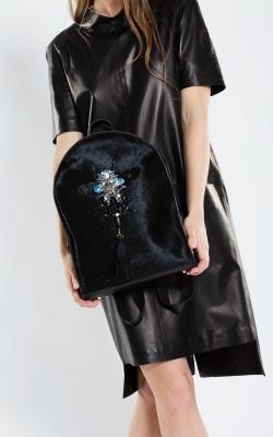 Vienetinė juoda natūralios odos ir kalio kuprinė dekoruota Swarovski kristalais
