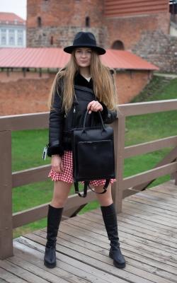 Stilinga ir talpi juoda natūralios odos kuprinė / rankinė
