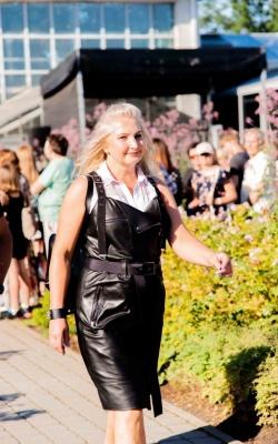Kūrėja ir dizainerė  Daiva Kačinskaitė - Sičkuvienė su natūralios odos suknele