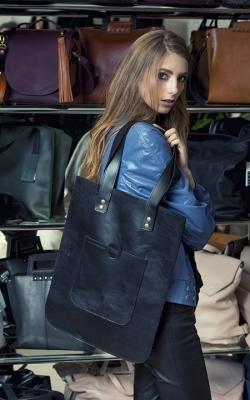 Stilinga, juoda odinė rankinė